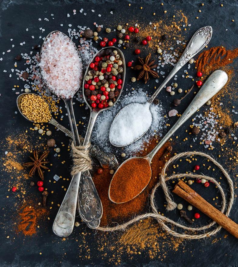 Kruiden, specerijen en zelf kruidenmixen maken -In dit artikel lees je wat het verschil is tussen kruiden en specerijen en hoe je zelf kruidenmixen maakt.