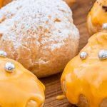Koningsdag soesjes - Kleine soesjes gevuld met slagroom zijn altijd lekker. En met een mooi oranjeglazuur zijn ze perfect voor Koningsdag.