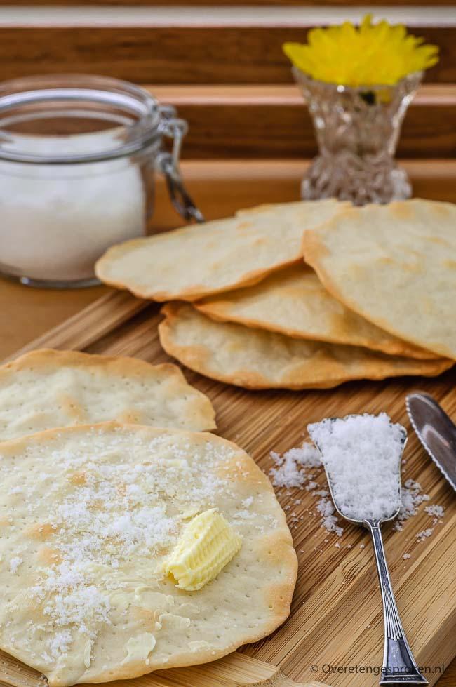 Matzes - Krokante crackers die je traditioneel tijdens Pasen eet. Super lekker met roomboter en suiker. Met dit recept maak jij ze ook!