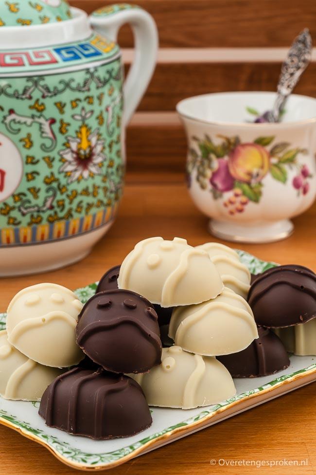 Paasbonbons - Bonbons in de vorm van paaseieren. De witte is gevuld met hazelnootpraliné, de pure met kokos. Natuurlijk ook leuk in andere vormpjes.