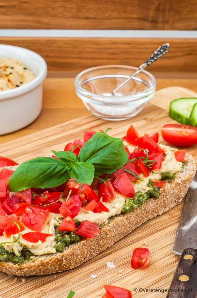 Broodje pesto, hummus en tomaat - Heerlijk lunchgerecht. Extra lekker met homemade pesto en hummus en als je echt wilt uitpakken met huisgemaakt brood.
