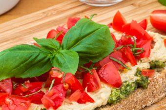 Broodje pesto, hummus en tomaat