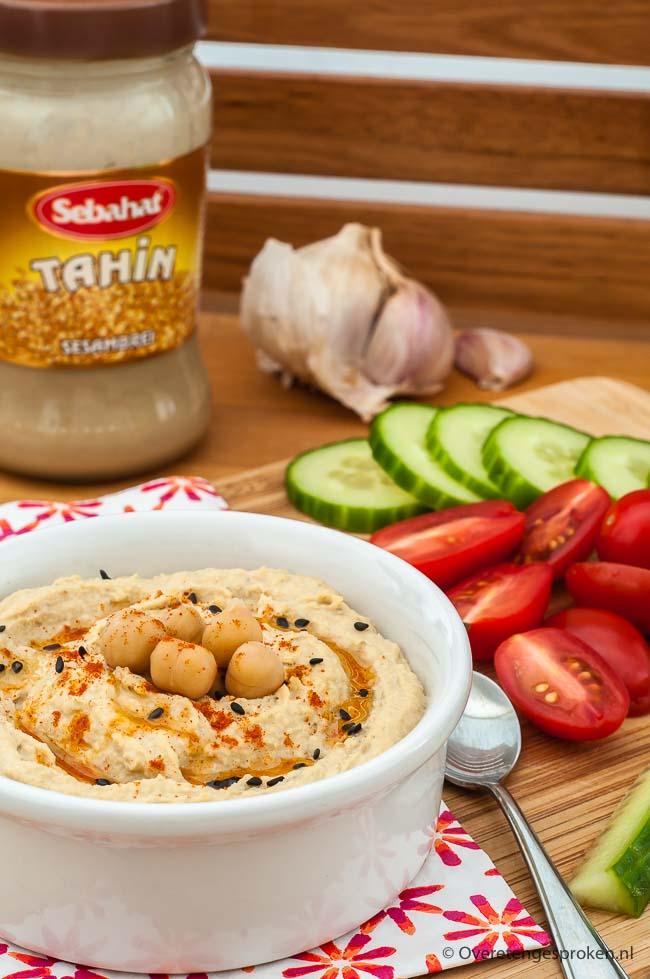 Hummus - Deze Midden Oosterse puree van kikkererwten, tahin, knoflook, citroen, komijn en een drupje sesamolie is niet alleen lekker maar ook erg gezond!