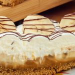Banoffee pie - Een krokante bodem bedekt met een dikke laag dulce de leche, banaan en afgetopt met slagroom. Maak 'm één keer en je bent verkocht.