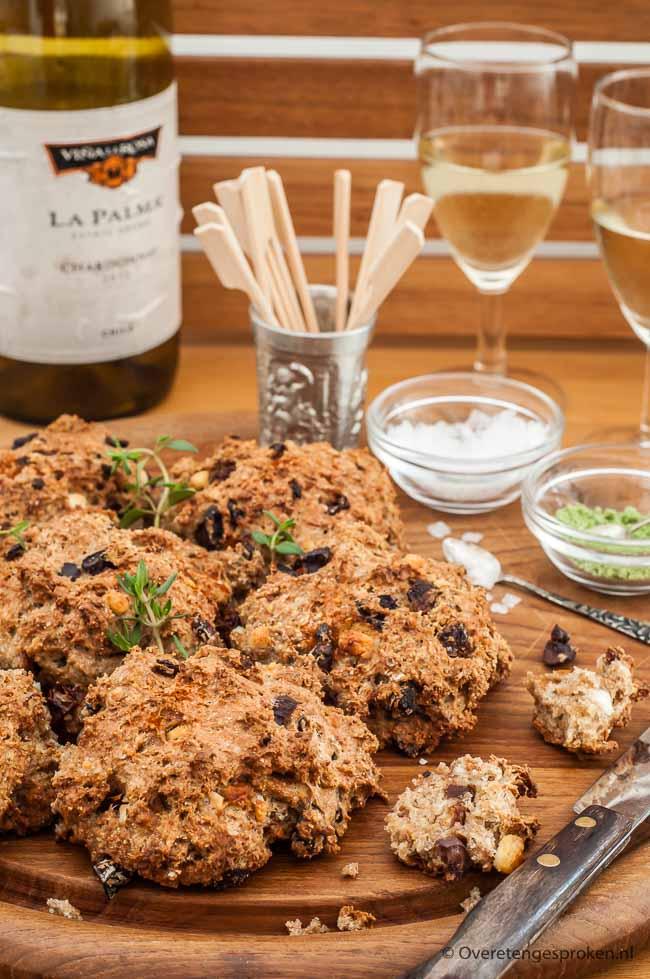 Dit mediterraans borrelbrood gevuld met gedroogde tomaat, zwarte olijven en feta is heerlijk bij een zomerse borrel, barbecue of tapas maaltijd.