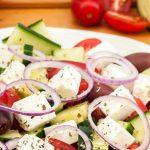 Griekse salade - Simpele maar smaakvol zomerse salade van tomaat, komkommer, zwarte olijven, rode ui en feta. Met vers brood erbij ook lekker als lunch.