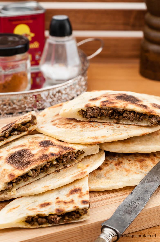 Gevuld plat brood - Gek op de Arabische keuken? Maak dan vooral eens dit lekkere plat brood gevuld met gehakt en op smaak gebracht met ras el hanout.