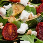 Gegrilde courgette met tomaat, rucola en geitenkaas - Maaltijdsalade waar je prima mee kunt variëren. Probeer dus ook eens andere geroosterde groenten.