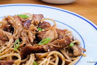 Pulled chicken met teriyakisaus en noodles