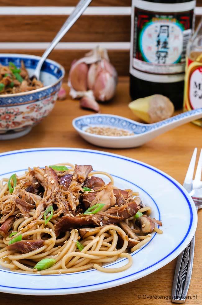 Pulled chicken met teriyakisaus en noodles - Malse kip met een overheerlijke teriyakisaus. Leuke variatie op de overbekende steak teriyaki.