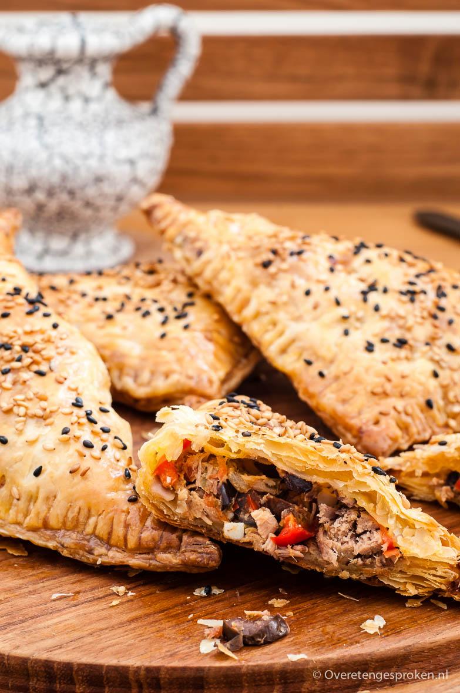 Bourekas met tonijn, olijven en rode paprika - Heerlijk recept uit Kaneel & Kardemom. Joodse baktradities van New York tot Tel Aviv van Anne Shooter.