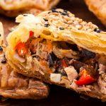 Bourekas met tonijn, olijven en rode paprika. Een heerlijk recept uit Kaneel & Kardemom. Joodse baktradities van New York tot Tel Aviv van Anne Shooter.