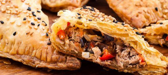 Bourekas met tonijn, olijven en rode paprika