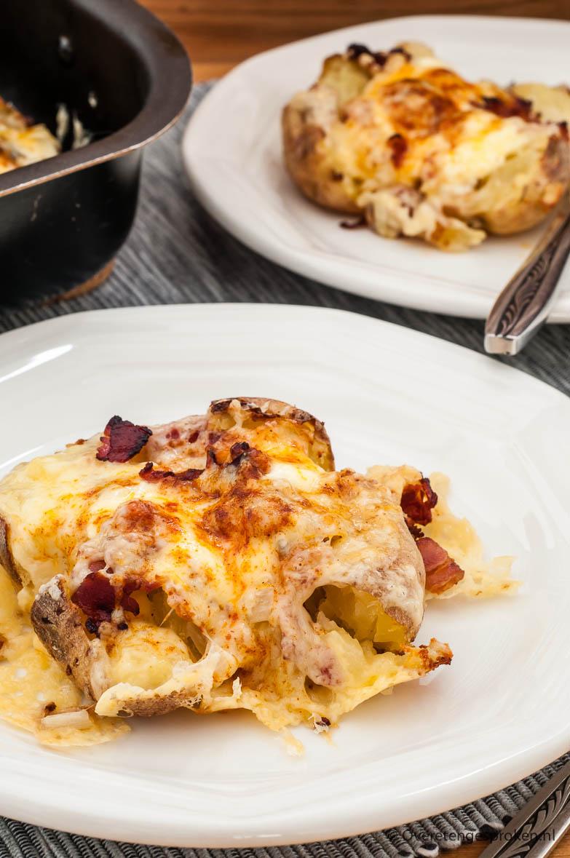 Gepofte aardappel - Gevuld met ui, crème fraîche, spek en wat kaas. Niet in zilverfolie maar ingesmeerd met olie en op hoge temperatuur gegaard in de oven.