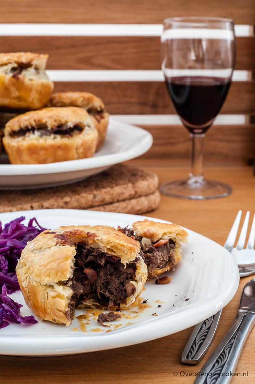 Rundvlees mini-pies - Hartige taartjes van krokant bladerdeeg met een rijke vulling van stoofvlees, rode wijn, champignons, uitgebakken spekjes en ui.