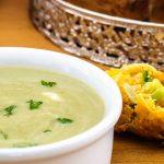 Broccolisoep - Zachte en romige groentesoep. Met wat vers (breek)brood of uienkruier erbij heb je een perfecte doordeweekse maaltijd.