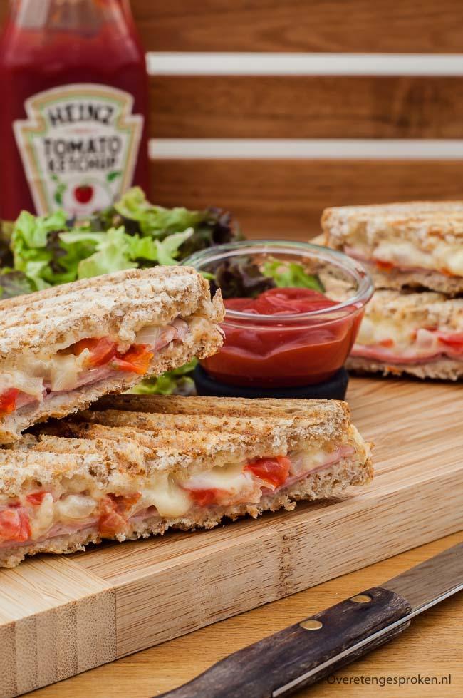 Tosti ham, kaas, tomaat en ui - Met tosti's kan je alle kanten op. Deze keer pimpte ik de klassieke ham-kaas tosti met tomaat en ui. Echt een aanrader!