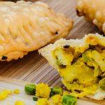 Samosa's - Indiase snack van krokant deeg gevuld met een mengsel van aardappel, ui, doperwten en heerlijke kruiden en specerijen.