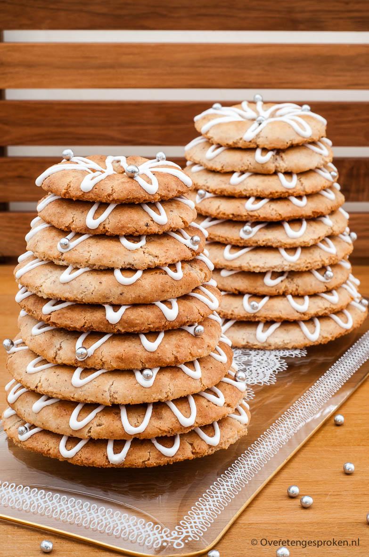 Kransekake - Noorse lekkernij van gestapelde ringen amandelkoek die bij feestelijke gelegenheden op tafel komt.