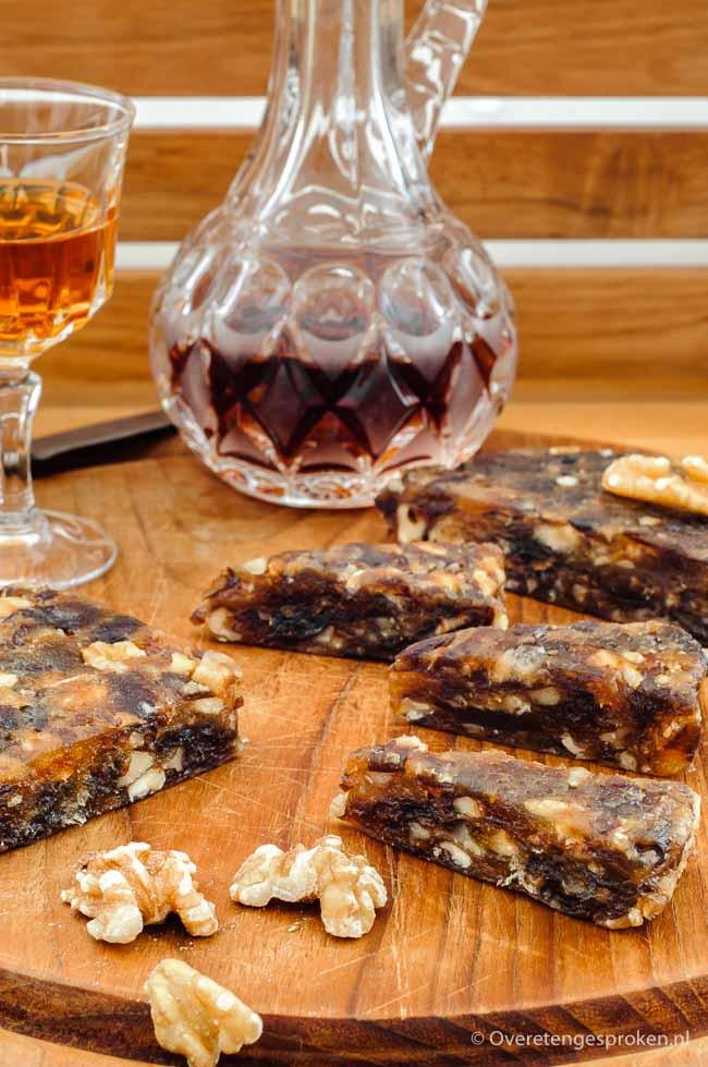 Dadelbrood met walnoten - Lekker bij de borrel, een kaasplankje of gewoon als verantwoorde snack tussendoor.