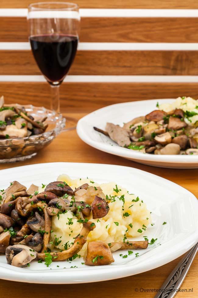 Knolselderijpuree met paddestoelen - Comfort food met de heerlijk zoete en aardse smaak van knolselderij. Perfecte maaltijd voor donkere winteravonden.