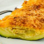 Gevulde courgette - Makkelijk en snel te maken groentegerecht van courgette, ui, knoflook, ei en kaas. Weinig ingrediënten maar super smaakvol!