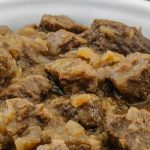 Hachee - Klassiek Nederlands gerecht van blokjes stoofvlees in een rijke uiensaus. Onweerstaanbaar lekker!