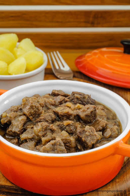 Hachee - Klassiek Nederlands gerecht van blokjes stoofvlees in een rijke uiensaus en op smaak gebracht met kruidnagel en laurier. Onweerstaanbaar lekker!