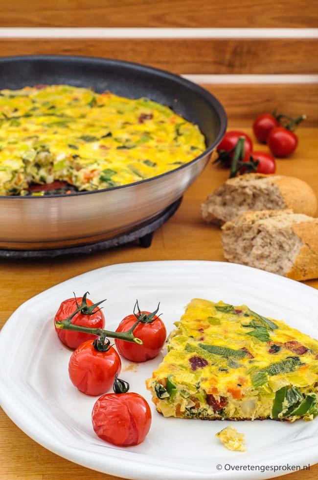 Boerenomelet - Eenvoudige maar smakelijke omelet. Door de groente en meegebakken chorizoworst prima geschikt als snelle maaltijd.