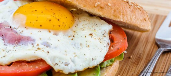 Bagels met avocado, tomaat, spek en ei