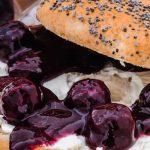 Bagels met roomkaas en blauwe bessen - Met deze heerlijk belegde bagels is het eten en snoepen tegelijk. Extra lekker met de homemade compote!