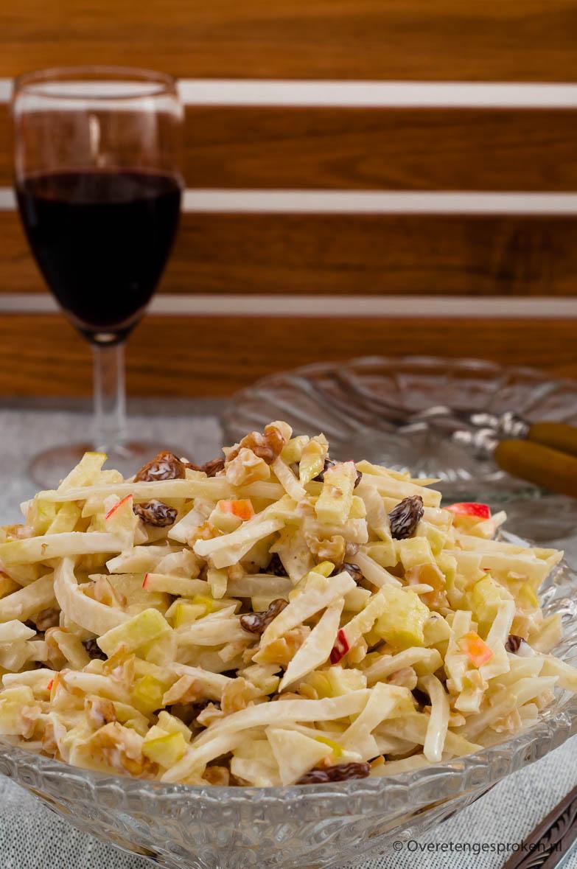 Waldorfsalade - Heerlijke salade van knolselderij, appel, walnoot en rozijnen. Super simpel maar o zo lekker. Met recht al meer dan 125 jaar een klassieker!