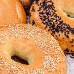 Bagels - Super lekkere New York-style ronde broodjes met een gat erin. Lijken op donuts maar worden gekookt in plaats van gefituurd. Leuk om te maken!
