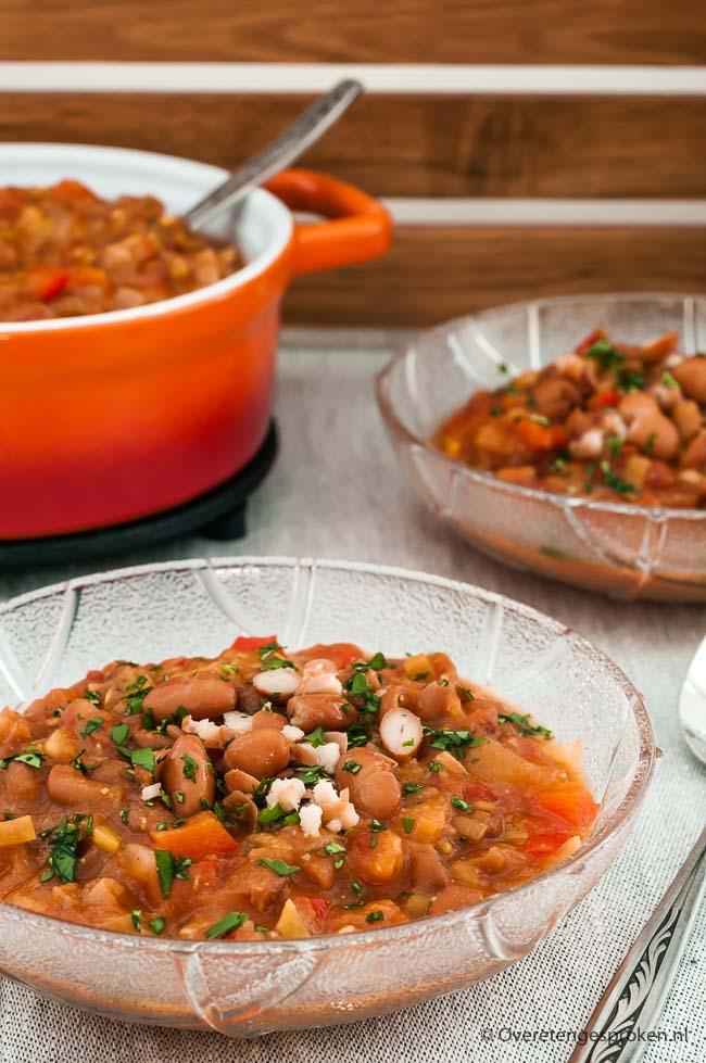 Pittige bonensoep - Vol groente en peulvruchten, lekker pittig en verwarmend door de chilipoeder. Comfort food om van te genieten op sombere winteravonden.