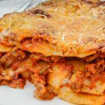 Lasagne - Klassieke Italiaanse ovenschotel van laagjes pasta bladen, gehaktsaus, kaassaus en rijkelijk afgetopt met geraspte kaas. Onweerstaanbaar lekker!