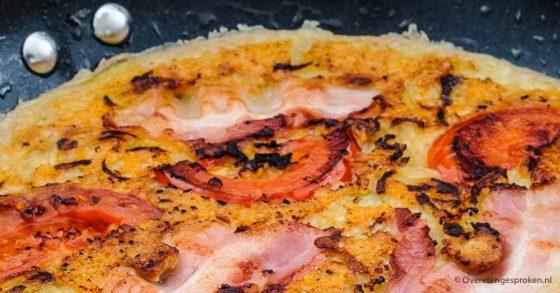 Pannenkoek met tomaat, ui, spek en kaas