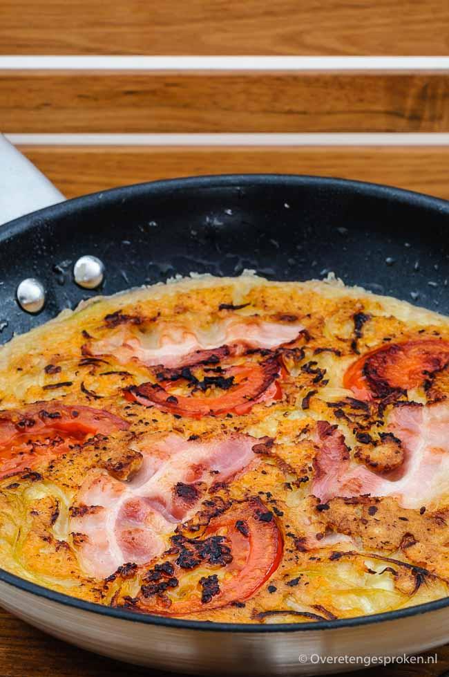 Pannenkoek met tomaat, ui, spek en kaas - Stevige en rijk gevulde pannenkoek. Net zo lekker als in de pannenkoekenboerderij maar dan homemade.