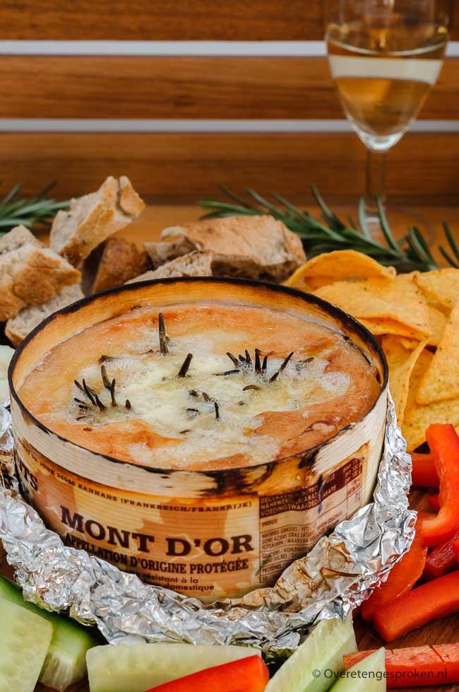 Vacherin Mont d'Or - Lekker bij de borrel, op een dessertplankje, verwerkt in warme gerechten of -zoals dit recept- geserveerd als een soort kaasfondue.