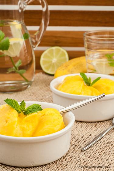 Mango-banaan ijs - Genieten van een ijsje zonder schuldgevoel? Dat kan met dit heerlijk romige ijs van mango, banaan en een beetje citroensap.