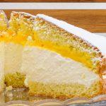 Sneeuwster - Luchtige taart gevuld met slagroom en advocaat en die kenmerkende bovenzijde: ingesneden als een ster en bedekt met poedersuiker.