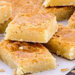 Boterkoek - Heerlijk zacht en romig met een frisse twist van citroen. Homemade boterkoek zoals je die ook bij de banketbakker zou kopen.