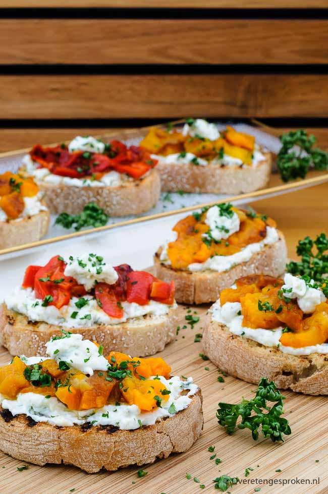 Bruschetta met oranje paprika -Feestelijk en kleurijk hapje met frisse kwarkspread en geroosterde paprika. Perfect voor Koningsdag.