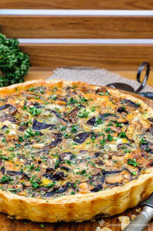 Quiche met paddenstoelen, gorgonzola en hazelnoot - Verrassend lekkere vegetarische quiche van paddestoelen, gorgonzola en hazelnoot.