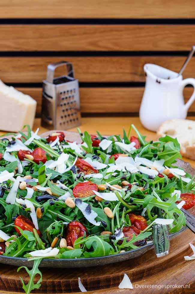 Salade van rucola, tomaat en Parmezaanse kaas - Kleurrijke en smaakvolle salade. Extra lekker door huisgedroogde tomaatjes en een drizzle baslamicostroop.