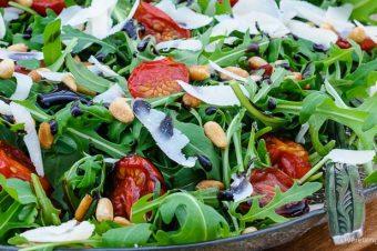 Salade van rucola, tomaat en Parmezaanse kaas