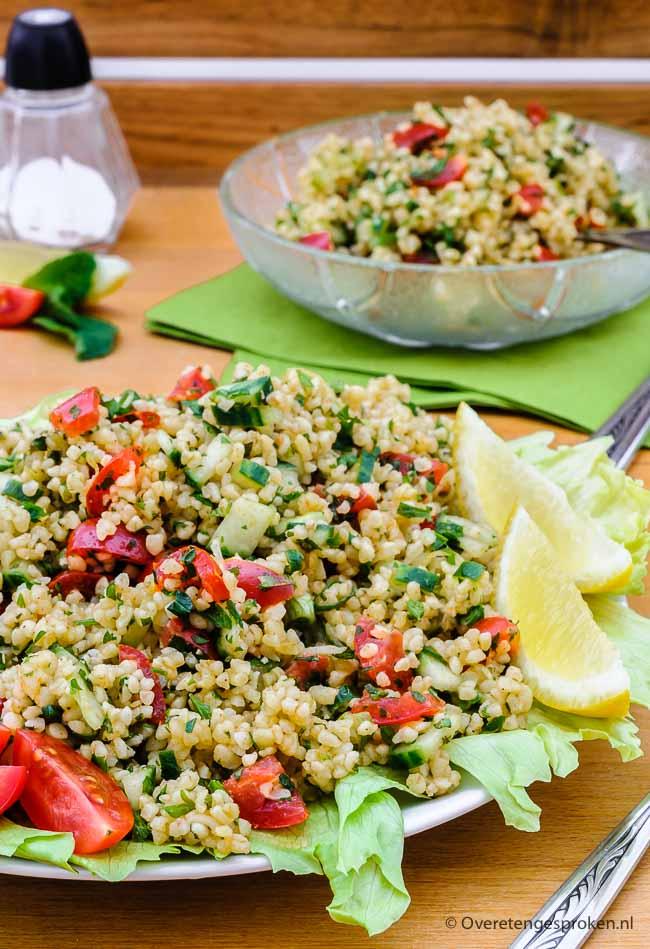 Tabouleh is een simpele maar zeer smaakvolle Arabische salade van bulgur, peterselie, munt, lente-ui, tomaat en komkommer. En natuurlijk rijkelijk overgoten met een dressing van olijfolie, citroensap, knoflook en baharat, een oosters kruidenmengsel.