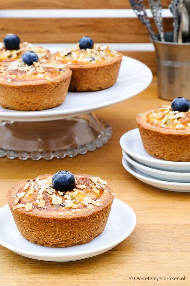 Tartelettes van Petit Gâteau - Kleine taartjes gevuld met amandelvulling, bosbessen en clafoutiscrème. Het lijkt een hoop werk maar als je het efficiënt aanpakt valt het best mee. In dit recept lees je precies hoe je het aanpakt.
