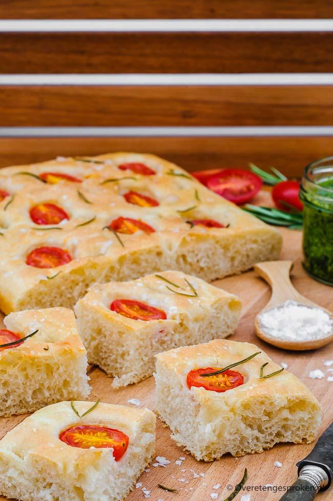 Focaccia - Heerlijk knapperig en luchtig Italiaans brood. Vol van smaak door olijfolie, verse tomaat, rozemarijn en grof zeezout. Dit brood wil je vaker!