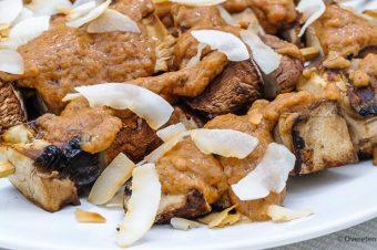 Portobellosaté met pindasaus van Rita Serano