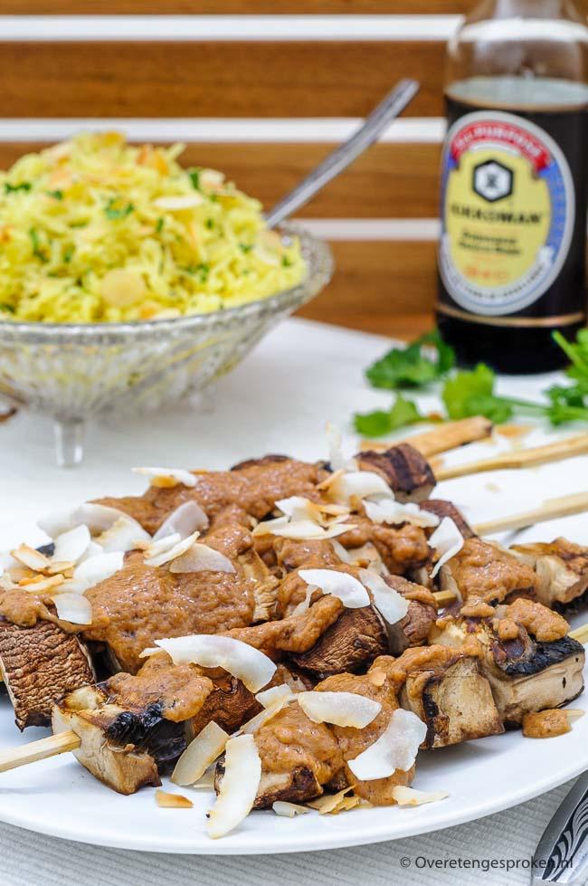 Portobellosaté met pindasaus van Rita Serano is een heerlijke (vegan) saté die makkelijk en snel te maken is. De saté is zowel op de barbecue als in een grillpan te bereiden en je hebt er slechts 7 ingrediënten voor nodig.